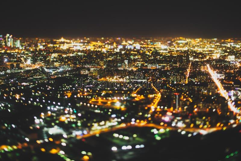 Vera fucilazione dello spostamento di inclinazione della città di notte da parte migliore fotografia stock libera da diritti