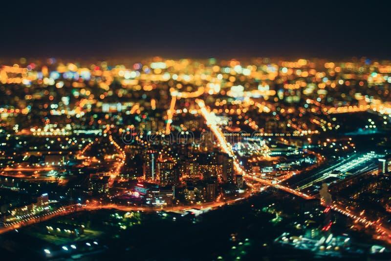 Vera fucilazione dello spostamento di inclinazione della città di notte da parte migliore fotografie stock libere da diritti