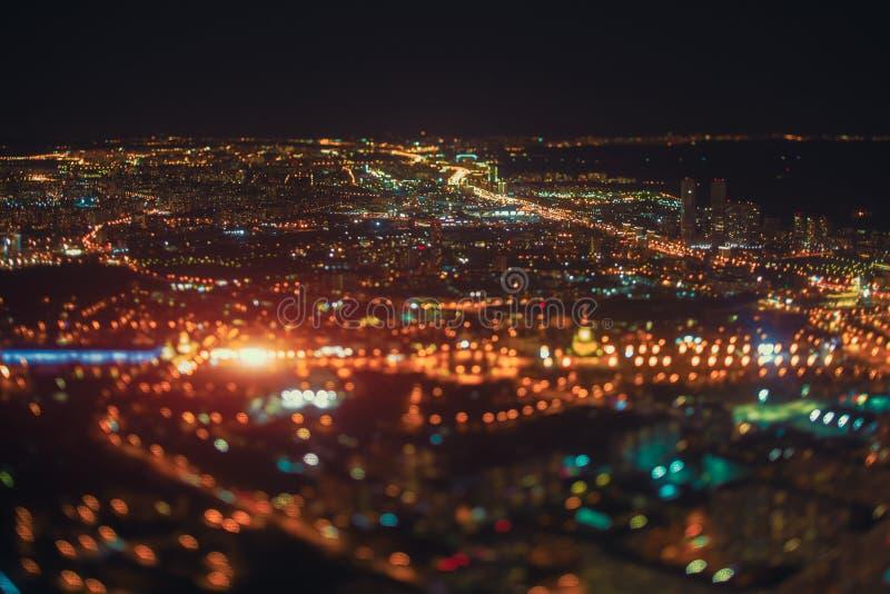 Vera fucilazione dello spostamento di inclinazione della città di notte da parte migliore fotografie stock