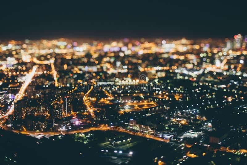 Vera fucilazione dello spostamento di inclinazione della città di notte da parte migliore immagine stock