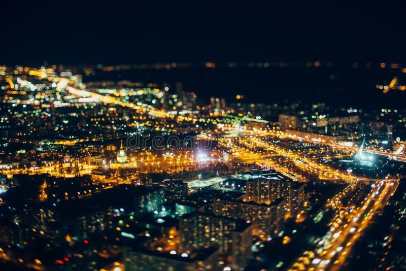 Vera fucilazione dello spostamento di inclinazione della città di notte da parte migliore fotografia stock
