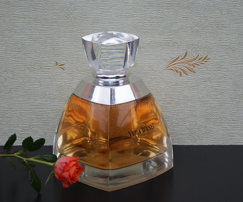 Vera Wang doft för damer, den stora doftflaskan av satängwallcoveringen Elysee dekorerade framme med ett engelskt steg arkivbild