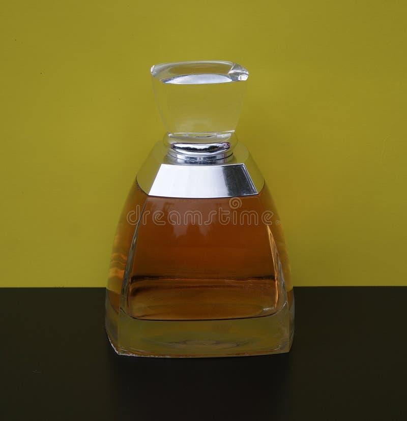 Vera Wang doft för damer, stor doftflaska framme av gul bakgrund fotografering för bildbyråer