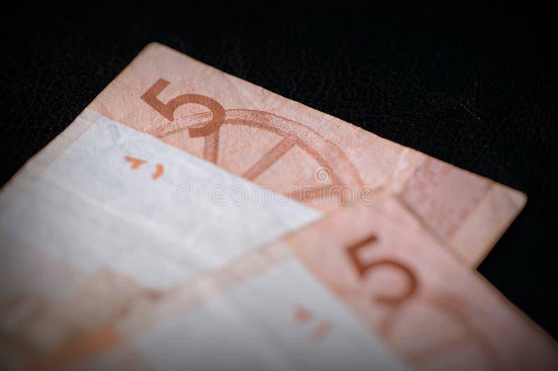 Veraltete belarussische fünf Rubel-Banknoten auf dunklem Hintergrund in der Nähe Retro-Stil lizenzfreie stockfotos