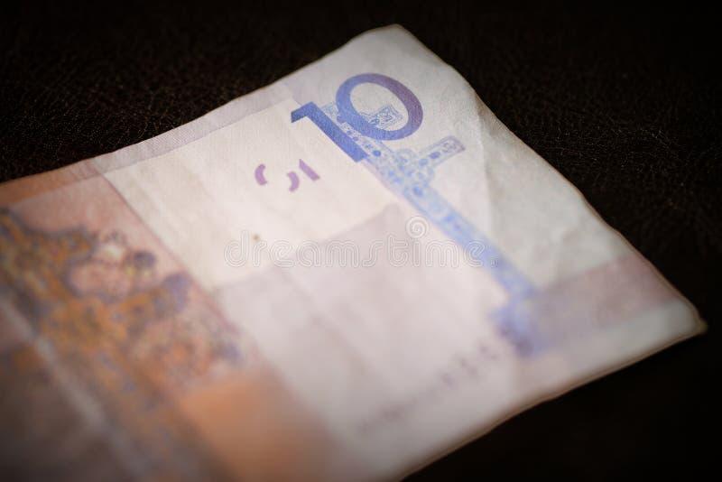 Veraltete belarussische Zehn Rubel Banknoten auf dunklem Hintergrund in der Nähe Retro-Stil lizenzfreies stockfoto