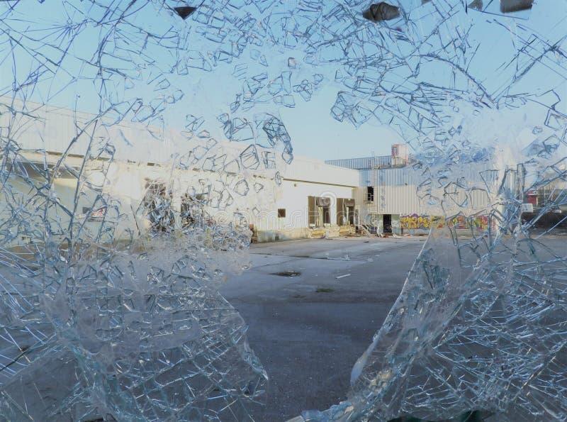 Veraltete Fabrik der zerbrochenen Fensterscheibe lizenzfreie stockfotografie
