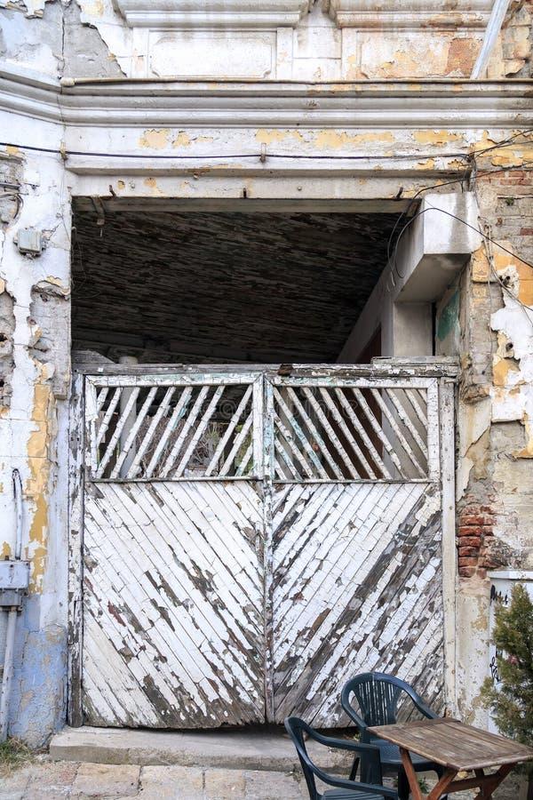 Veraltete Tür mit grungy diagonalen Holzverkleidungen stockfotografie