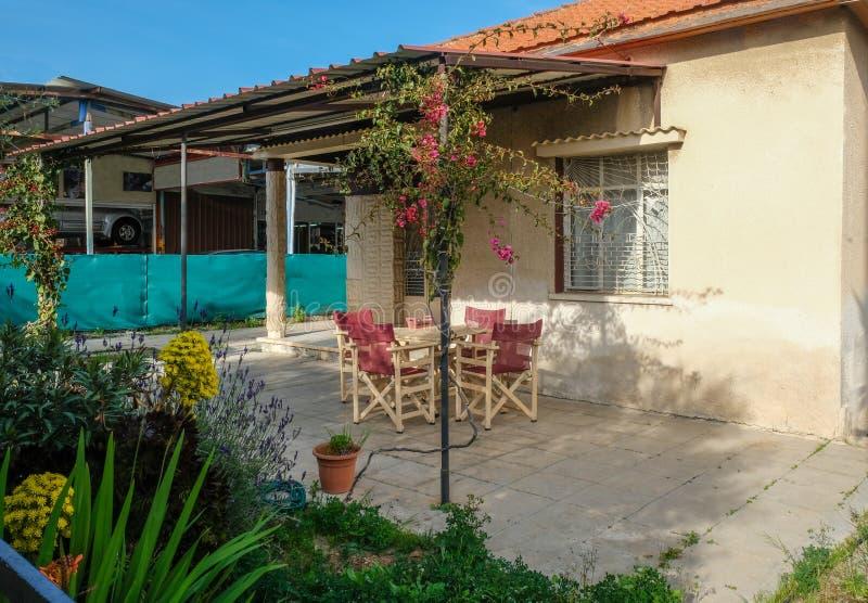 Veranda av en liten bungalow i Limassol, Cypern arkivbild
