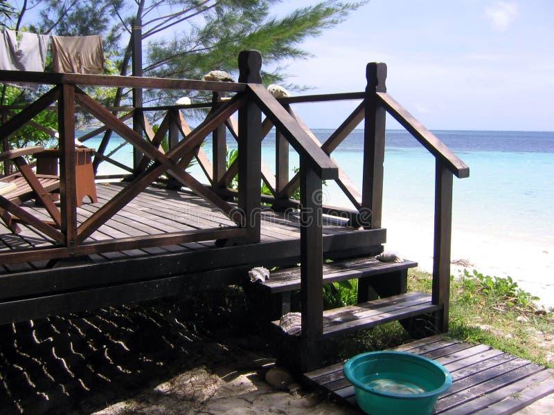Veranda durch den Strand lizenzfreie stockbilder
