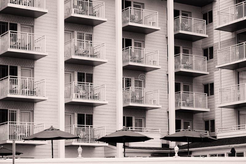 Veranda en traliewerk op een strand voorhotel royalty-vrije stock fotografie