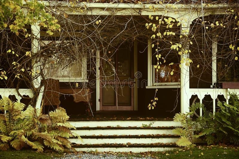 Veranda van een verlaten huis in de tuin Uitstekende Foto De herfst royalty-vrije stock afbeelding