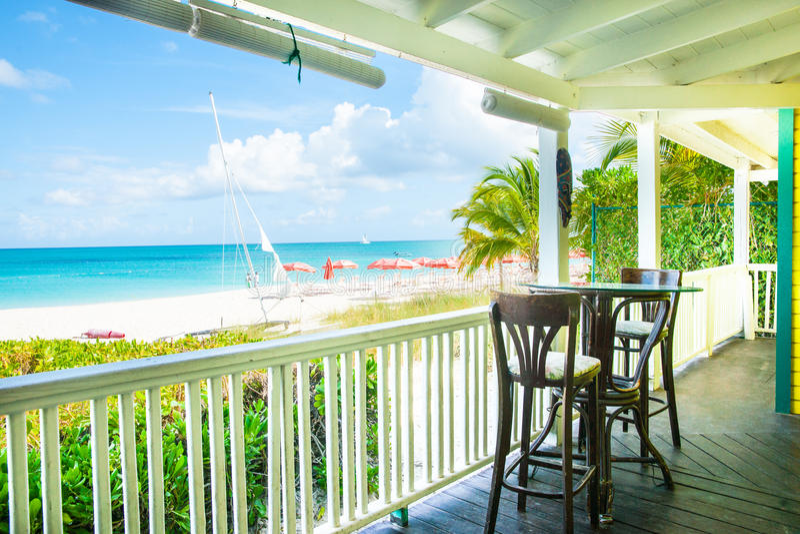 Verandazetels die Caraïbische strand en oceaan overzien royalty-vrije stock afbeeldingen