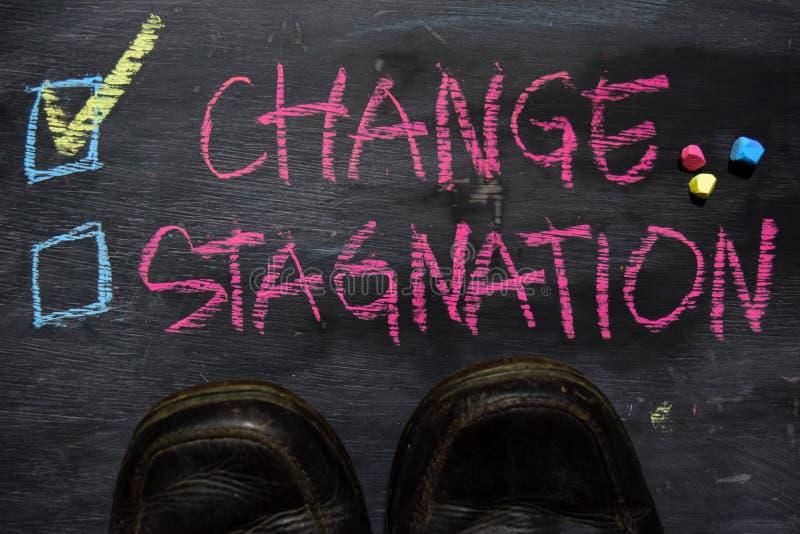 Verandering of Stagnatie met het concept van het kleurenkrijt op het bord wordt geschreven dat royalty-vrije stock afbeeldingen
