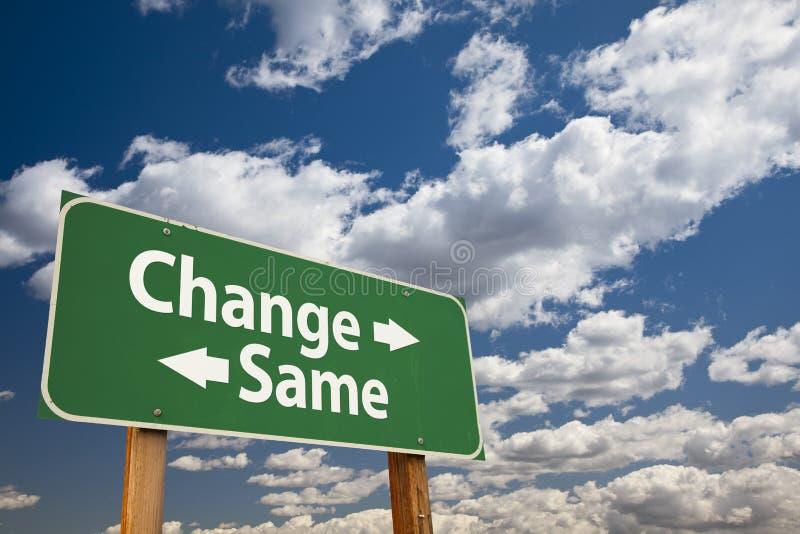 Verandering, Zelfde Groene Verkeersteken over Wolken stock foto