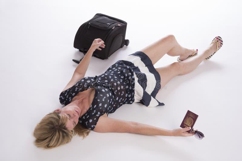 Veraneante atrasado com passaporte e bagagem imagem de stock