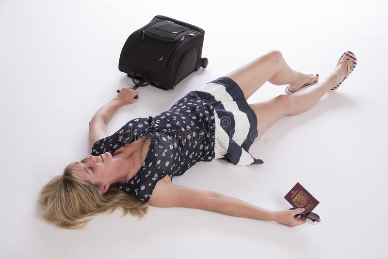 Veraneante atrasado com passaporte e bagagem fotos de stock