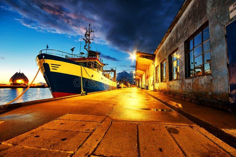 Verankerde boten in haven stock fotografie