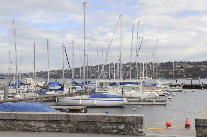Verankerde boten in het meerhaven van Genève stock afbeelding