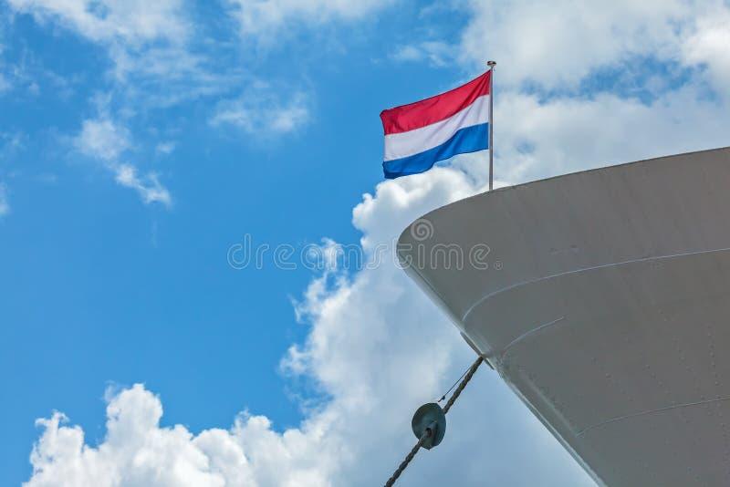 Verankerde cruiseboot met een Nederlandse Vlag royalty-vrije stock afbeeldingen
