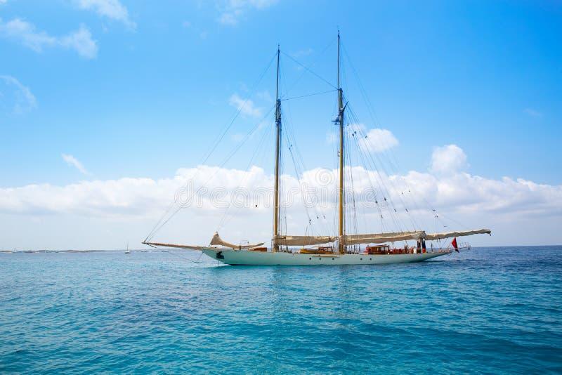 Verankerde het jachtzeilboot van Illetesilletas Formentera stock foto's