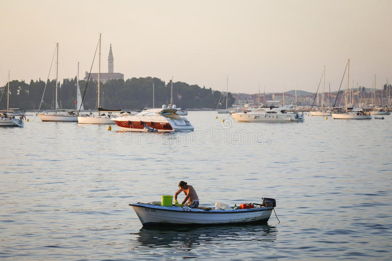 Verankerde motorboot in Adriatische overzees royalty-vrije stock foto