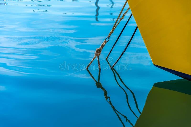 Verankerde zeilboot royalty-vrije stock fotografie
