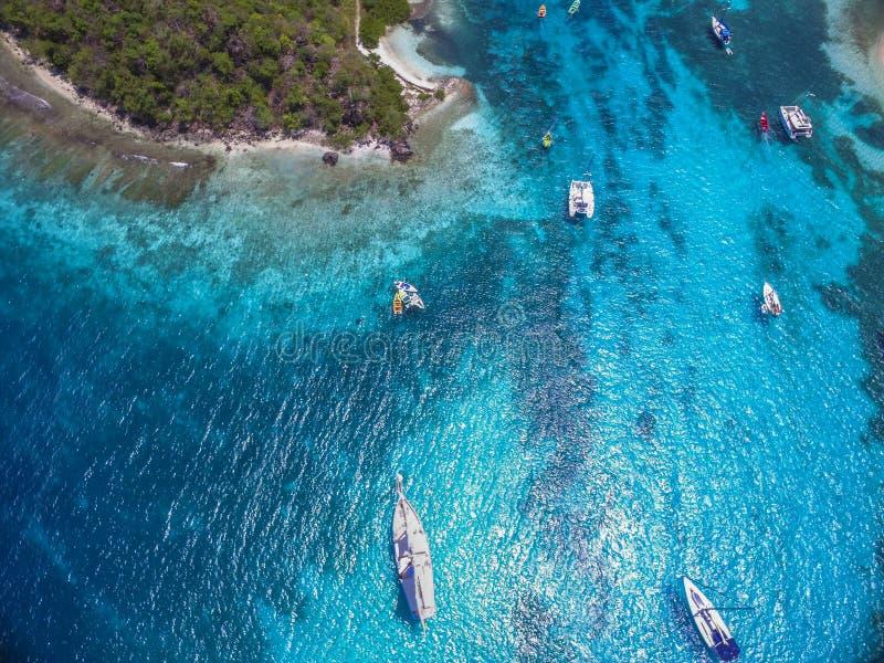 Verankert in Tobago-Cays stockbilder