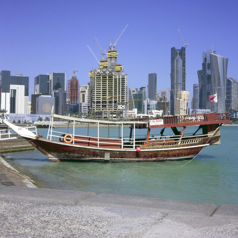 Verankerter Dhow und Doha-Skyline lizenzfreies stockfoto