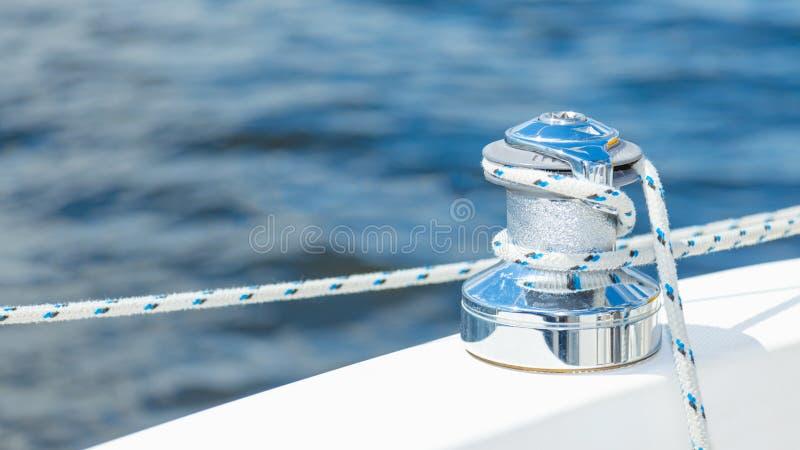 Verankerungs- Seil gebunden um Stahlanker stockfoto