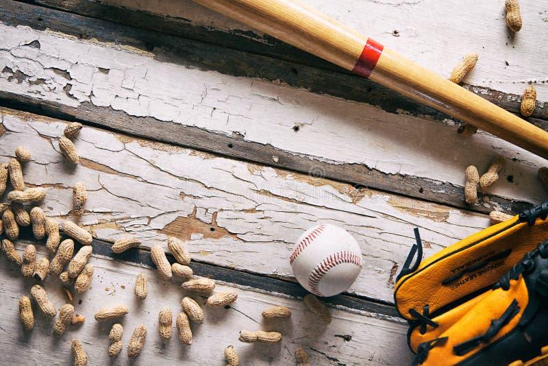 Verano: Artículos tradicionales del béisbol en fondo de madera pintado imagen de archivo libre de regalías