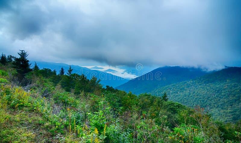 Verano azul de las montañas de Ridge Parkway National Sunrise Scenic fotografía de archivo