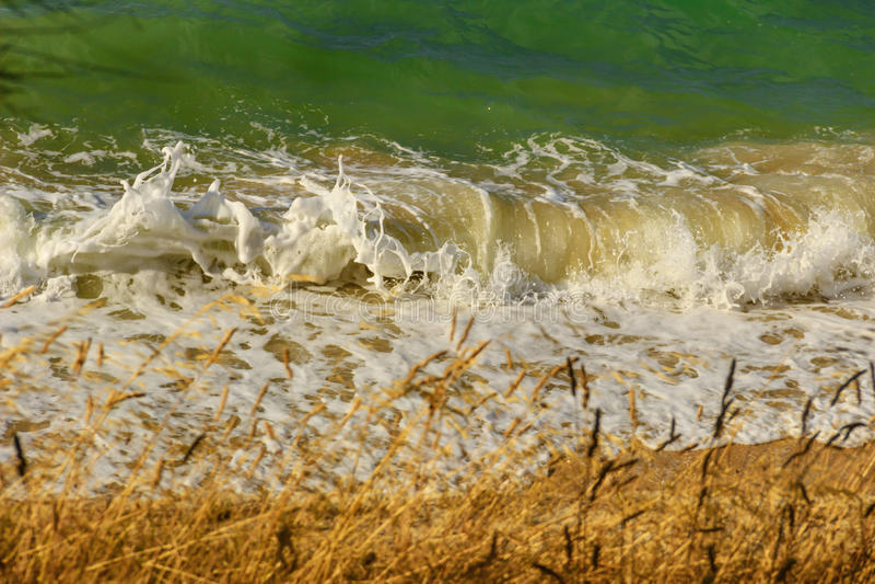 verano Colores de Apulia: Onda que se rompe en la playa Bisceglie (ITALIA) foto de archivo libre de regalías