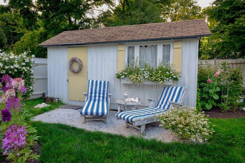 Verano con una cabaña costera típica del verano de Nueva Inglaterra imagen de archivo