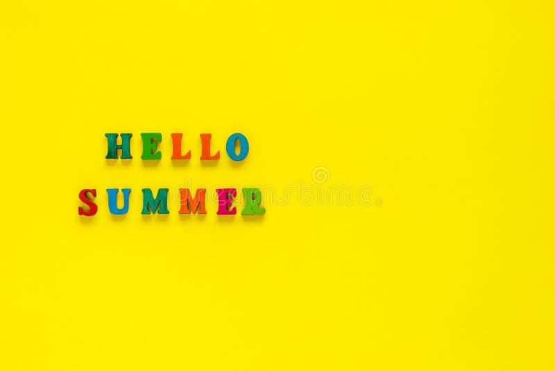 Verano de la inscripción hola de letras coloridas en backgro amarillo fotos de archivo libres de regalías