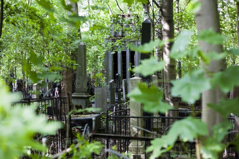 Verano de la luz del día de la cripta del granito del cementerio imagenes de archivo