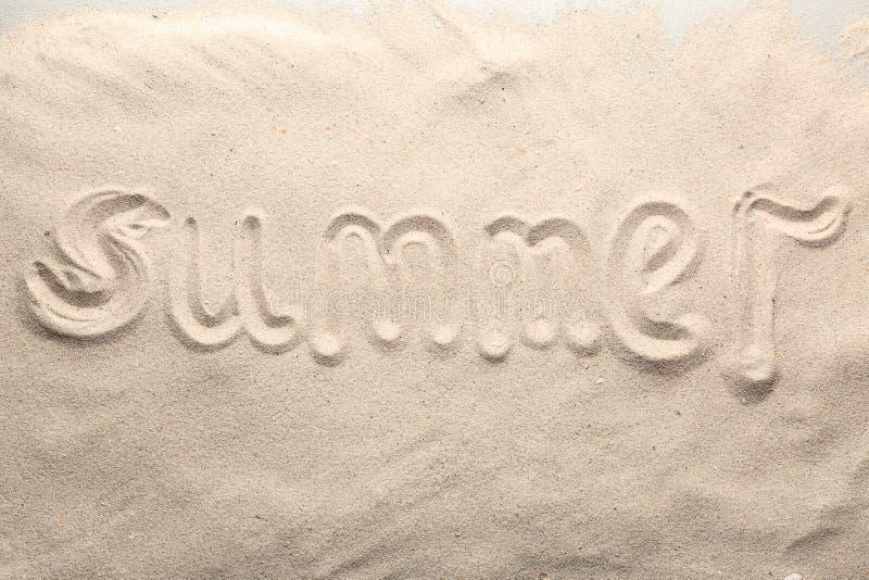 Verano de la palabra escrito en la arena de la playa foto de archivo
