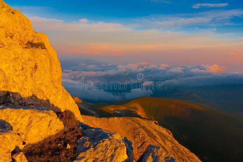 Download Verano De La Puesta Del Sol De La Montaña Imagen de archivo - Imagen de impresiones, alza: 42434813