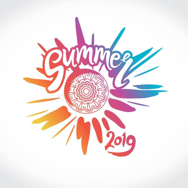 Verano 2019 del logotipo del vector Rayos brillantes del sol colorido, de una inscripción a mano y de un círculo del ornamento ét libre illustration