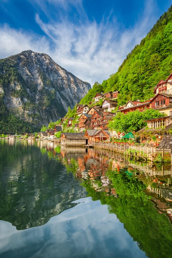 Verano en el lago Hallstattersee en Hallstatt, montañas, Austria fotos de archivo libres de regalías