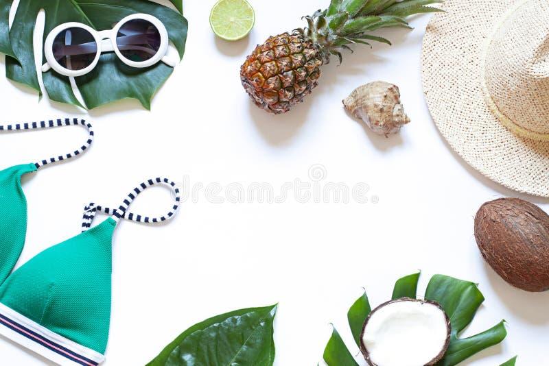 Verano en el marco tropical de la playa en el fondo blanco Endecha plana del concepto de las vacaciones foto de archivo