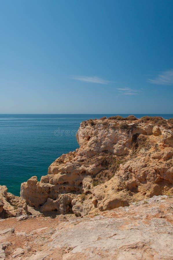 Verano en la costa de Algarve, Portugal Rocas en la línea de la playa y el agua azul fotos de archivo libres de regalías