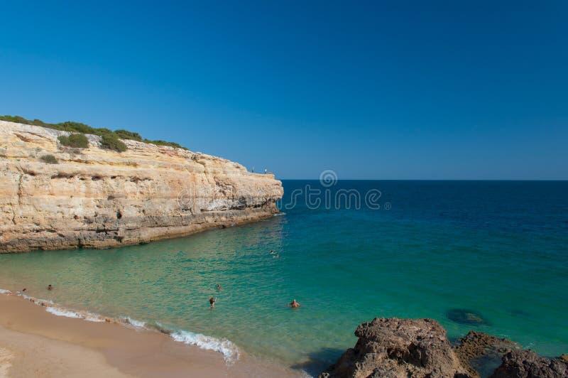 Verano en la costa de Algarve, Portugal Rocas en la línea de la playa y el agua azul foto de archivo libre de regalías