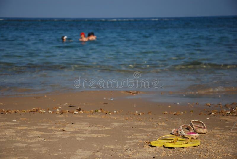 Verano en la playa con chancletas foto de archivo
