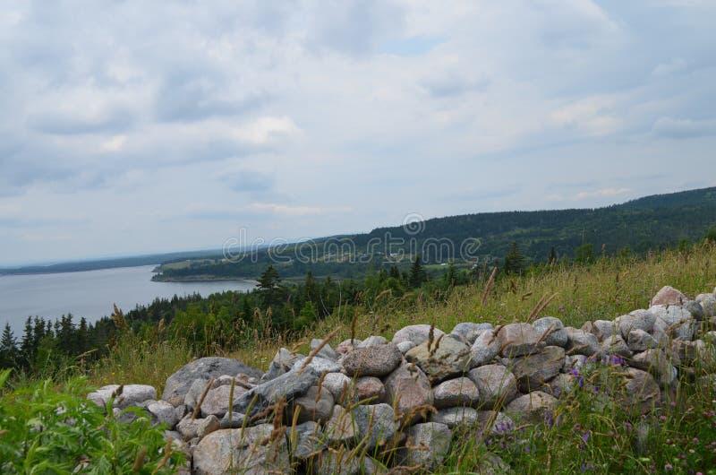 Verano en Nueva Escocia: Litoral del lago Bras d'Or cerca de Iona en la isla de Cabo Breton fotos de archivo libres de regalías