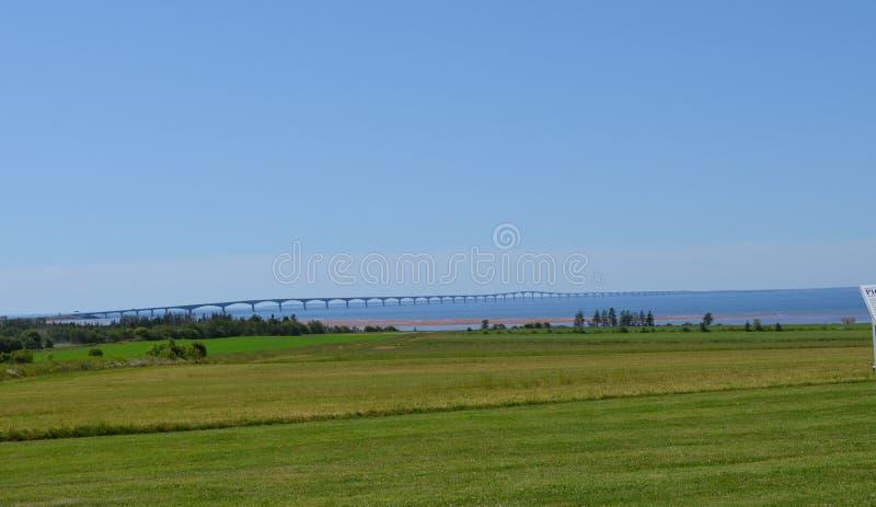 Verano en príncipe Edward Island: Puente de la confederación y estrecho de Northumberland imagen de archivo libre de regalías