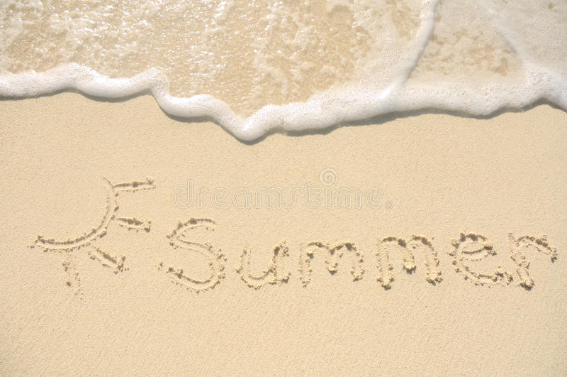 Verano escrito en arena en la playa imagenes de archivo