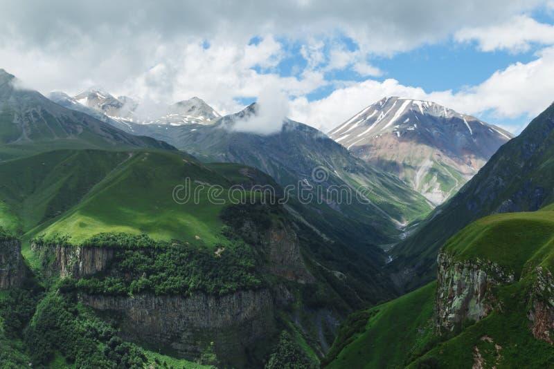 Verano hermoso Kazbegi del paisaje de la naturaleza de la montaña de Georgia imagenes de archivo