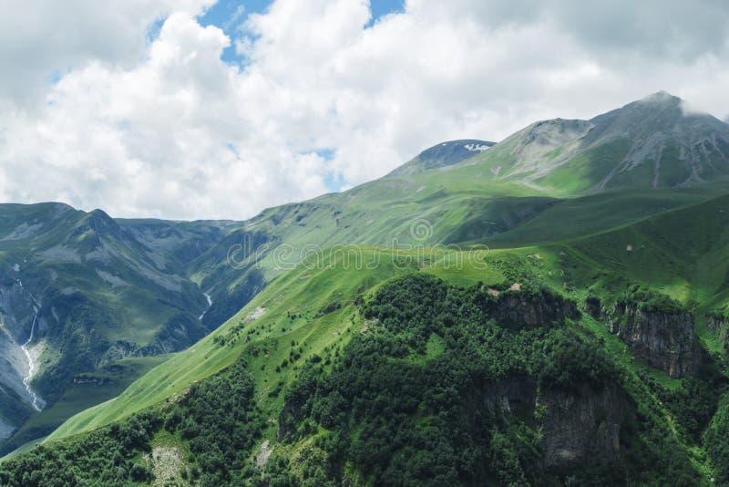 Verano hermoso Kazbegi del paisaje de la naturaleza de la montaña de Georgia imagen de archivo libre de regalías