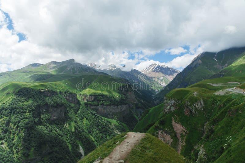 Verano hermoso Kazbegi del paisaje de la naturaleza de la montaña de Georgia foto de archivo libre de regalías