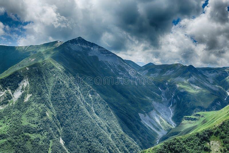 Verano hermoso Kazbegi del paisaje de la naturaleza de la montaña de Georgia imágenes de archivo libres de regalías
